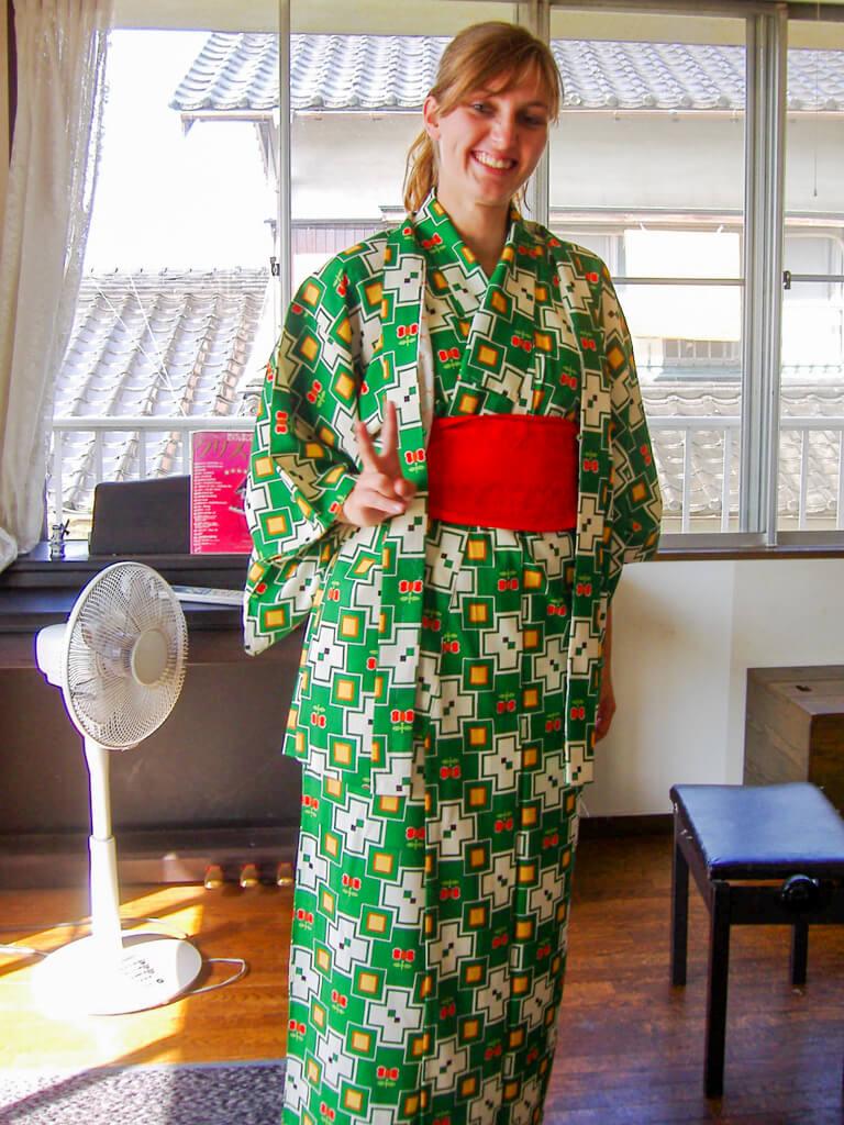 Authentiek Japanse Ervaringen: Clubben in Shibuya, Huisbezoek, Origami Vouwen en een Kimono Passen! || The Travel Tester